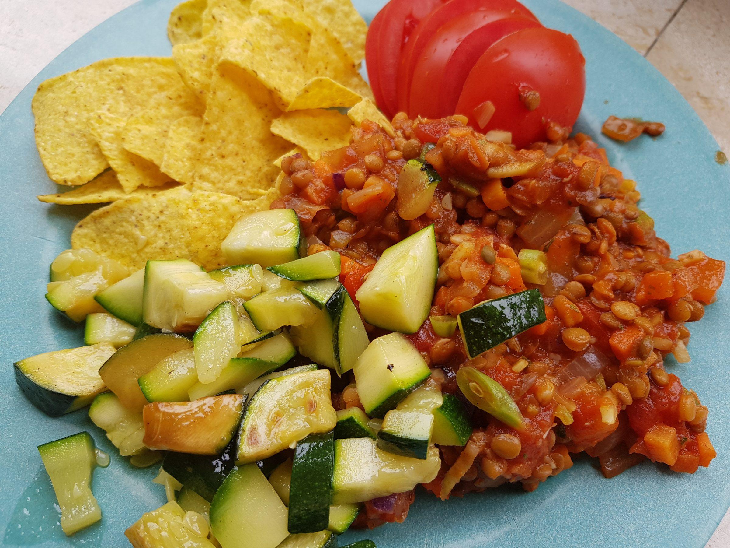 linzenschotel met tomaat, courgette en nacho's